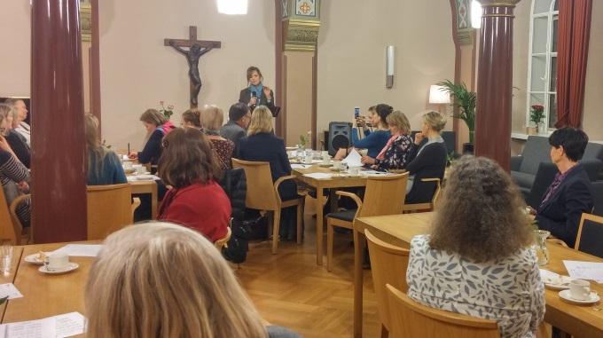 Peggy Banks Tapasi Suomalaisia Vaikuttajia