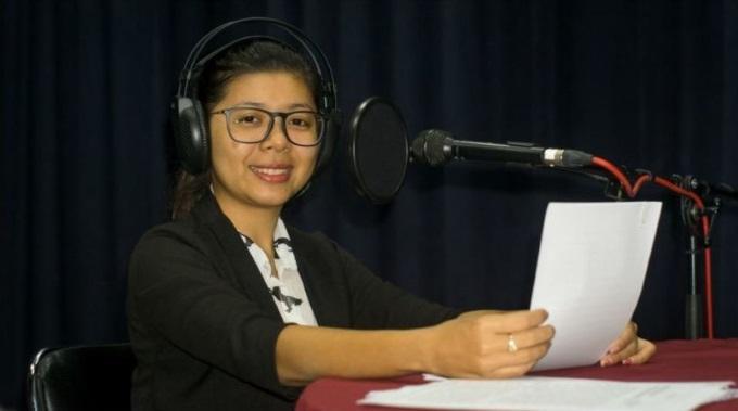 Kambodžassa Kuunnellaan Naistenohjelmaa Myös Muistitikulta Ja Cd-levyltä