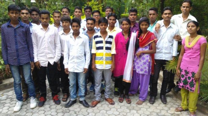 Intialaiset Radiokuuntelijat Lukevat Raamattua Ja Rukoilevat Ahkerammin Kuin Ei-kuuntelijat