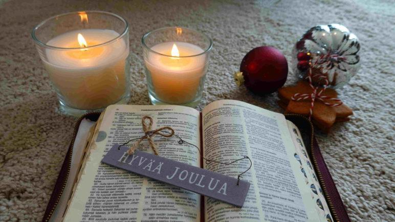 Raamattu ja kynttilät.