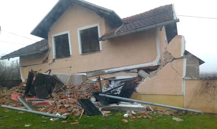 Maanjäristyksessä tuhoutunut talo.
